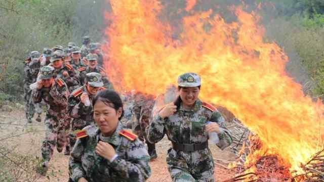 燃!新生军训穿越烈火泥潭,堪比大片