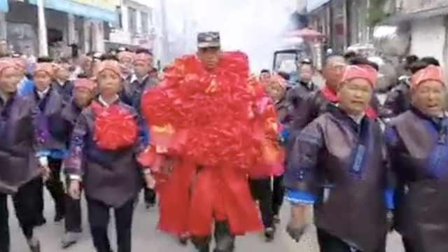 70朵大红花挂在胸前!小伙二次入伍