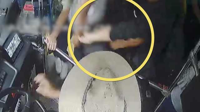 公交司机一声吼,小偷扔下手机逃了