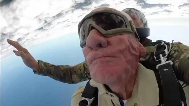 98岁二战老兵再跳伞:要跳到100岁