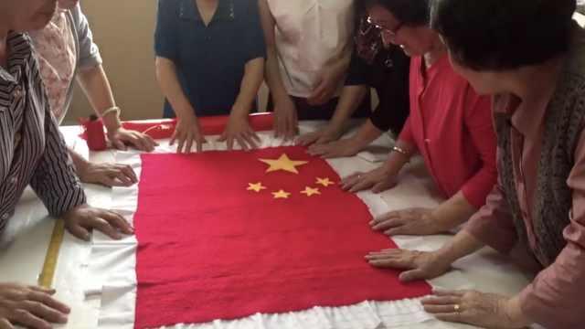 老人花俩月手缝国旗,共绣33686针