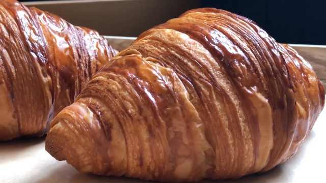 可颂面包外酥里嫩,散发浓郁奶油香