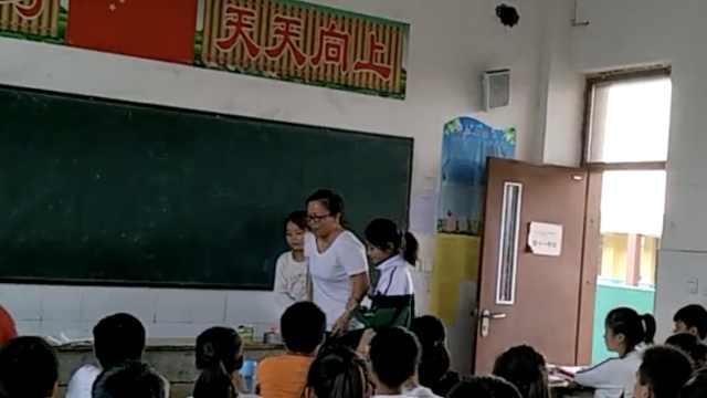 小学老师摔伤拄拐上课:怕耽误孩子