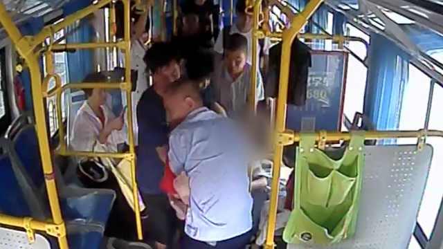 女子公交上突发抽搐,司机拦车救助