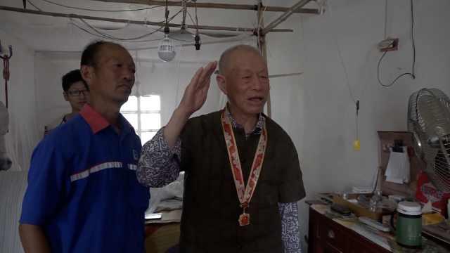 94歲老兵佩戴勛章看閱兵:站起敬禮