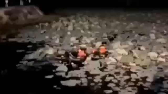 女子被困2米深湖,消防跳水救人