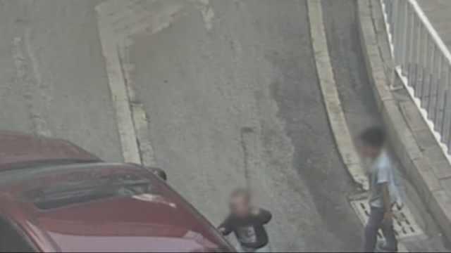 2岁弟弟被哥扇1巴掌摔倒,卷入车底
