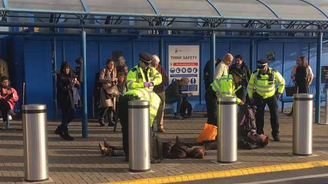 气候抗议者计划弄瘫伦敦机场被捕