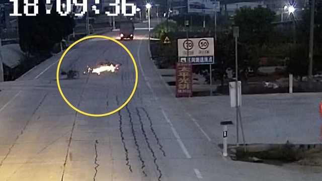 监控:男子骑车撞倒老人,扶起车就逃