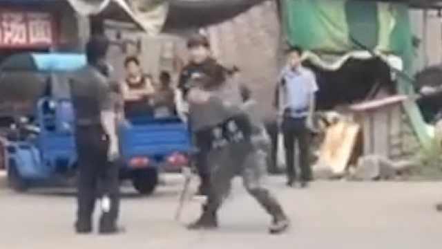 男子持刀与警方对峙,武警一招制服