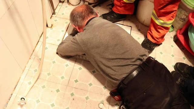 老人便池捞遥控器被卡,消防员救人