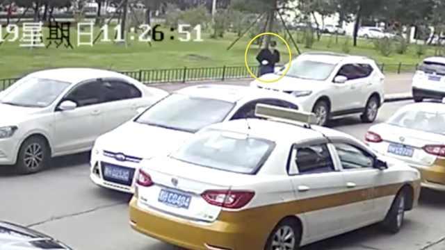 砸车贼不避人5秒得手,被抓时正庆生