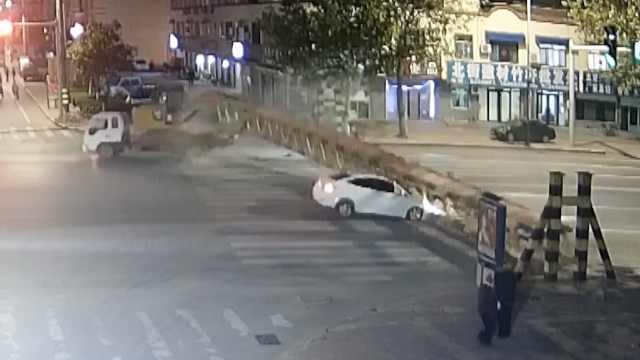 横祸!货车撞落限高杆,砸中路过小车