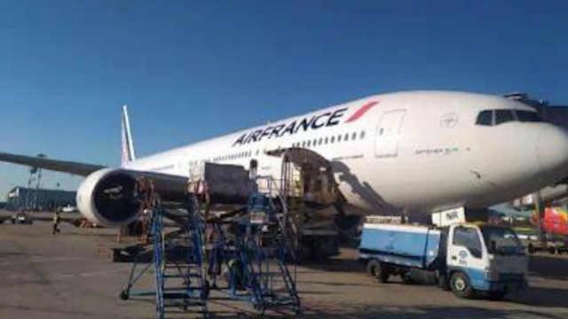 法航客机起飞后返航,客服:在维修