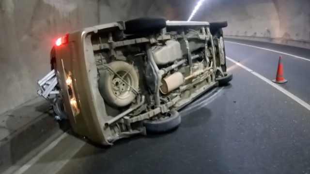 司机疲劳驾驶,面包车在隧道内翻滚