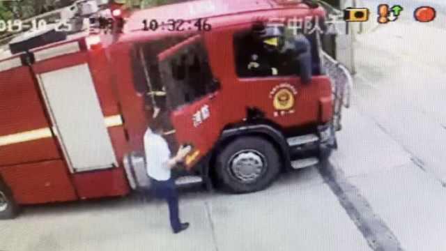 消防员退队警铃响,立马跑上消防车