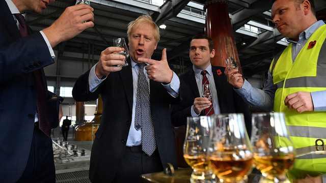压力太大?英首相参观酒厂喝不停