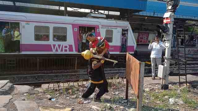 上百人死!印度请死神抓横穿铁轨者