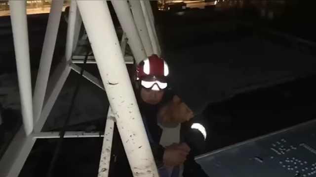 工人被困6小時,消防員高空救人