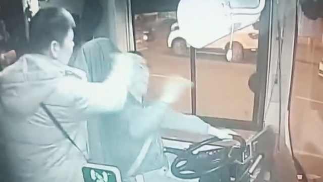 公交躲行人刹车,他没站稳怒扇司机