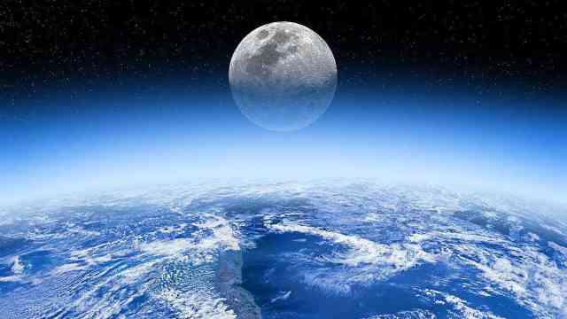 月球正在慢慢远离地球