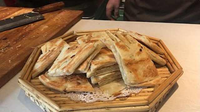 大娘做煎饼40年,皮薄如纸卷葱绝配