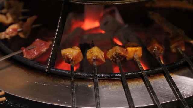 火盆烤肉:秘制酱料腌制,果木烘烤