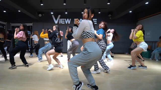 看看这群小姐姐跳的舞,太带劲了