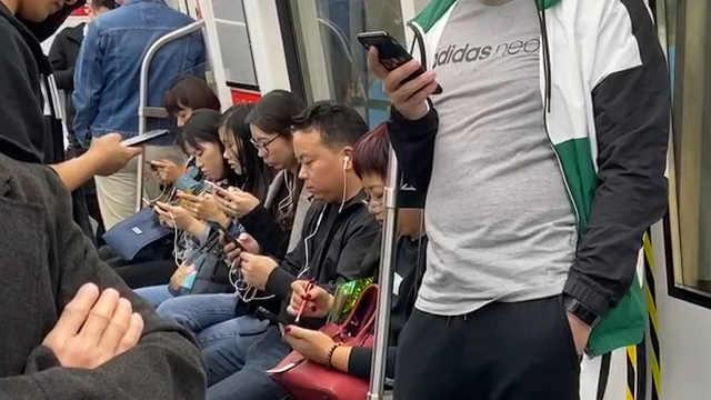 新规定:坐地铁严禁声音外放
