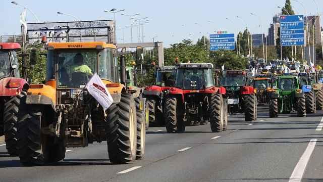 法国农民开千辆拖拉机堵住巴黎抗议