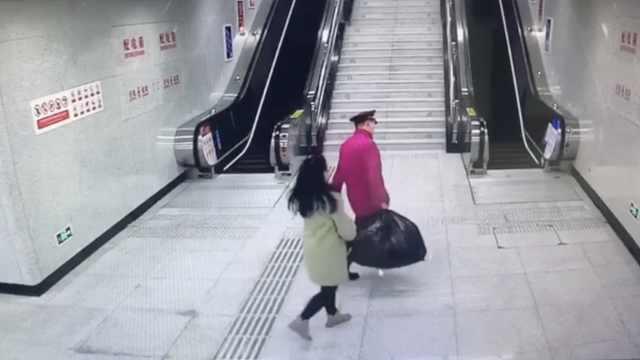 陌生小哥帮提行李,女生开心蹦跶