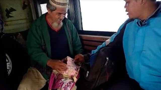 印尼乞丐被捕,随身掏出成捆现金