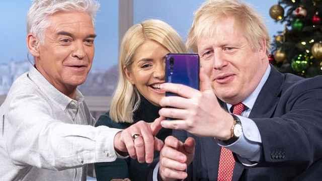 英国首相上节目,用华为手机自拍