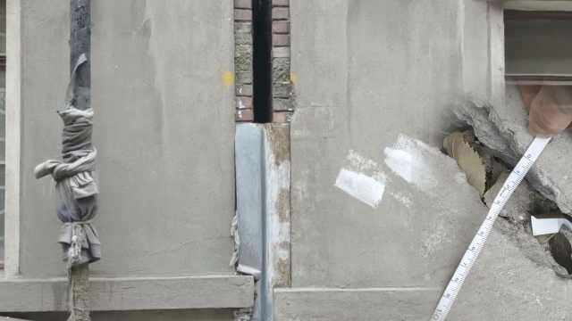 居民楼开裂倾斜,水瓶在地上自动滚