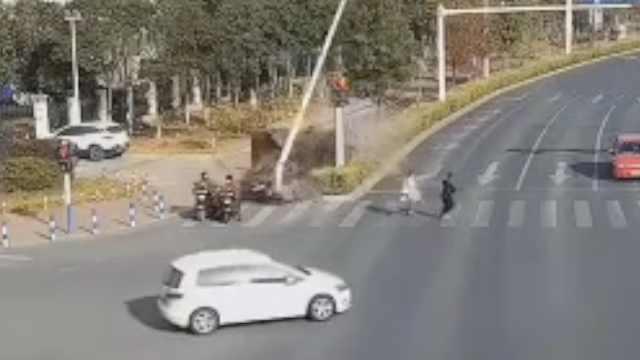 两电动车路口等红绿灯被撞,1死1伤