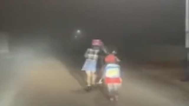 小车雾天开灯护送母子,娃转身鞠躬