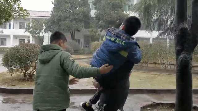 少年腿部殘疾,同學7年輪流照顧他