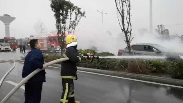 消防训练偶遇小车起火,10分钟扑灭