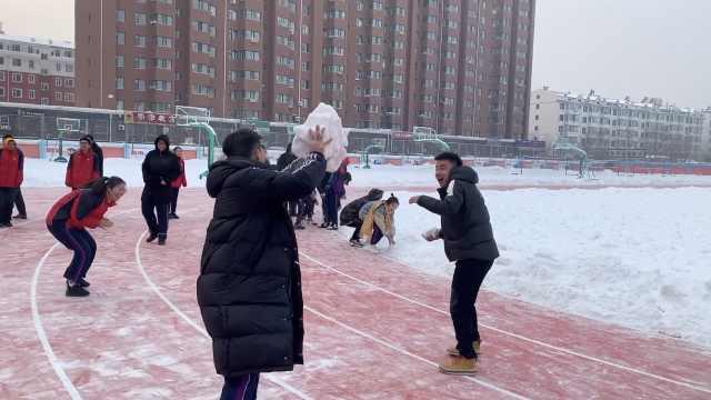 抢零食打雪仗,老师拍学生日常走红