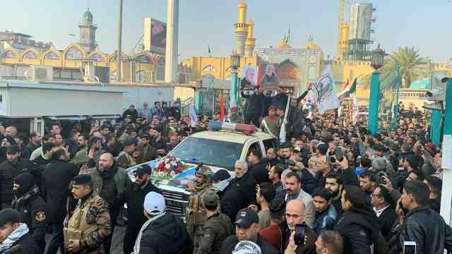 伊将领葬礼举行,大量民众聚集抗议