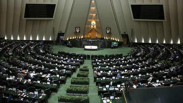 """伊朗议员国会齐声高喊""""美国去死"""""""
