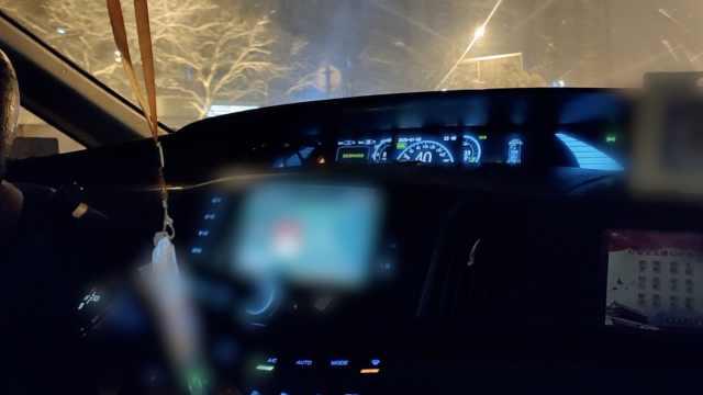 出租车雪天狂拼车:路滑擦碰3天白干