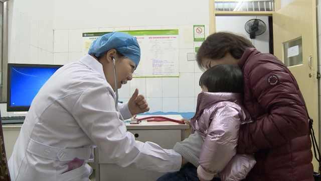 听诊怕患儿冷,她用热水袋捂听诊器