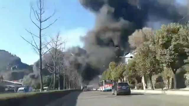 六盘水一塑料厂起火,浓烟遮天蔽日