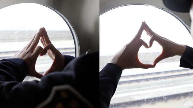 铁路夫妻隔窗相望,比爱情专属手势
