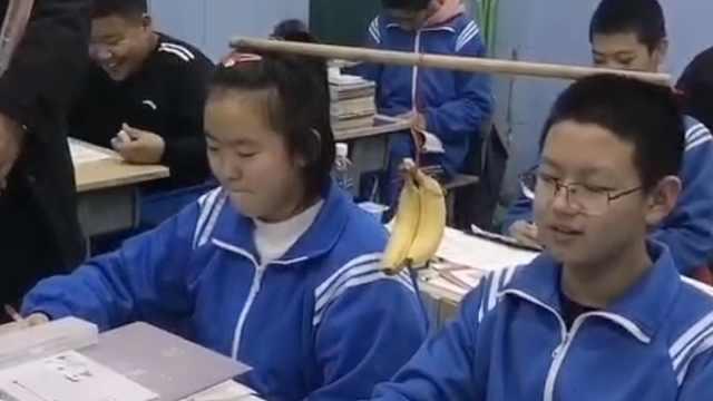 近视太多,老师让学生头顶教鞭学习