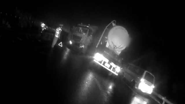 货车高速变道怼小车,撞坏10米护栏
