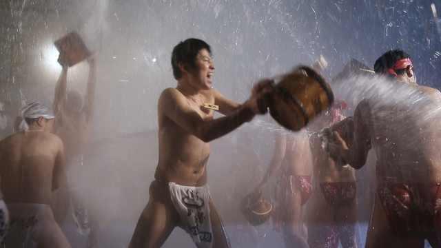 零下七度!日本群马县举行泼温泉节