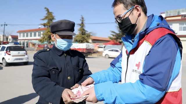 7旬老人捐万元助汉抗疫:捡破烂攒的