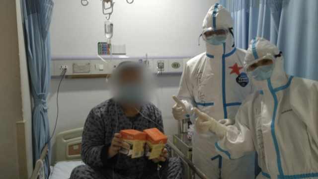 战地礼物!援鄂医护为患者送营养品